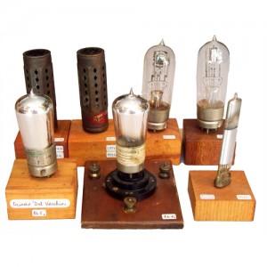 Antichi oggetti e libri di tubi elettronici
